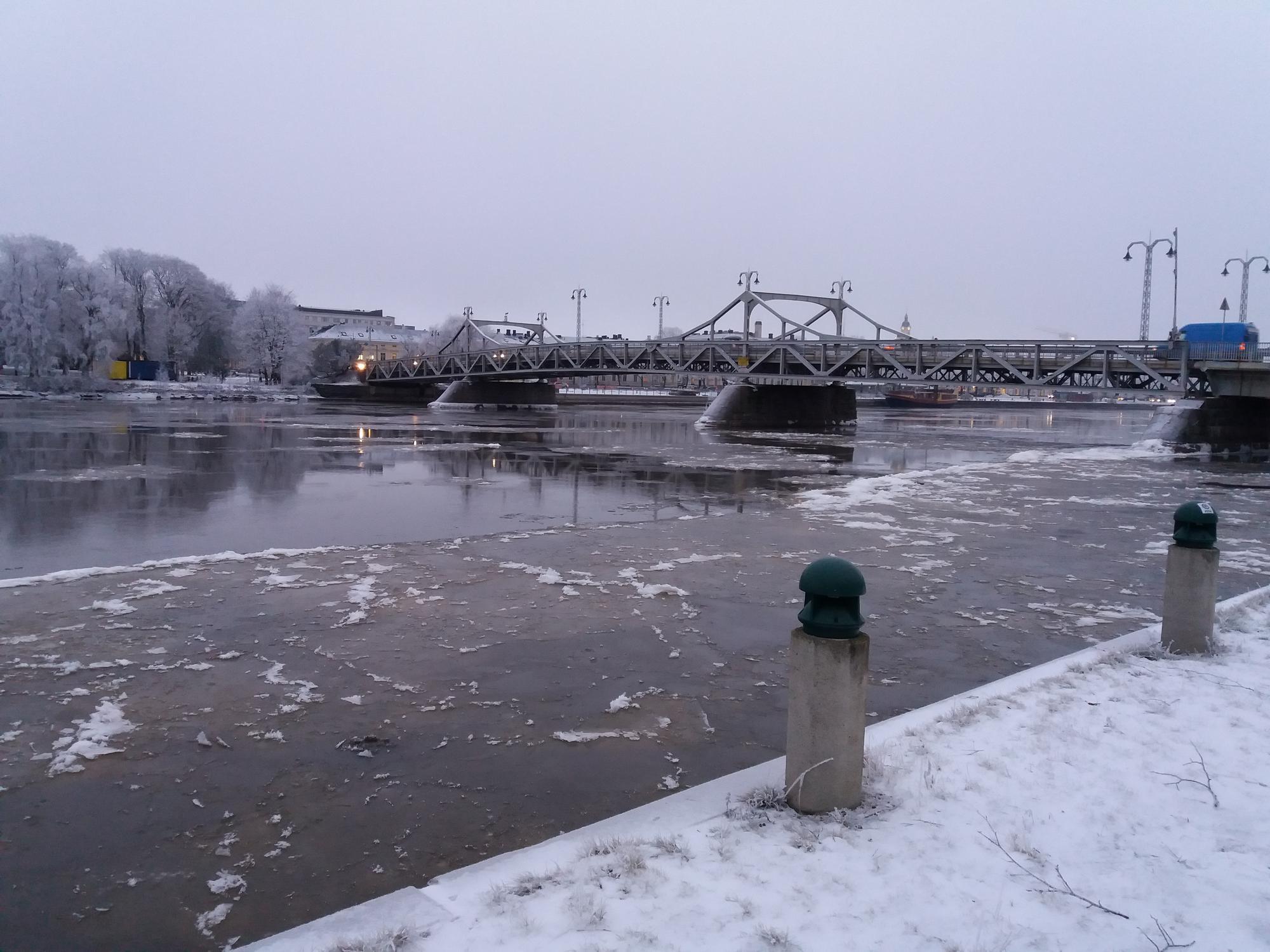 Hyydelauttoja virtaa Porin keskustassa jäädytysajon alkuvaiheessa 11.1.2018. (Kuva: Pekka Vuola, Porin kaupunki)