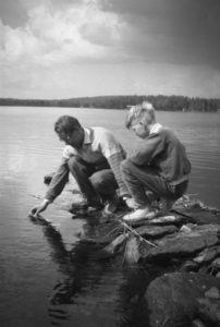 Kirjoittajan isoisä ja isä uimaveden lämpötilaa mittaamassa kesällä 1958